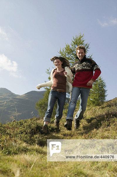 Junges Paar beim Laufen in den Bergen