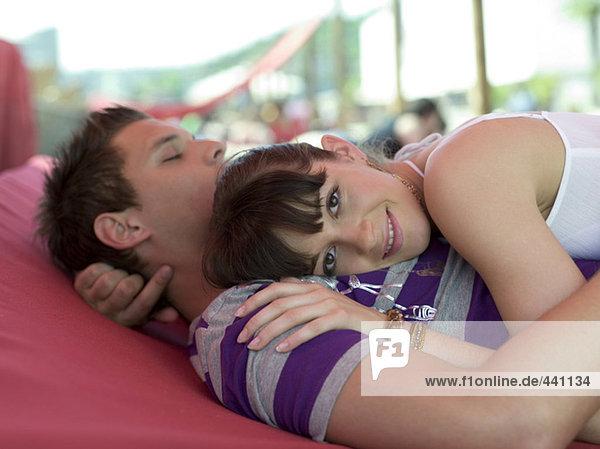 Junges Paar umarmt das Bett  Seitenansicht  erhöhte Ansicht
