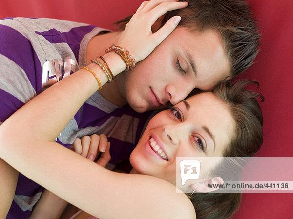 Junges Paar auf dem Bett liegend  Nahaufnahme
