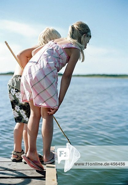 Kinder mit Netzeinsatz Landung auf einer Promenade.