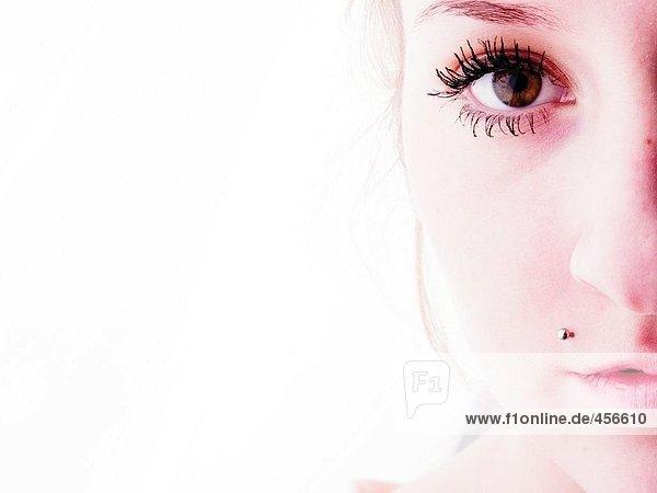 Portrait einer jungen Frau mit eine durchbohrte Oberlippe Portrait einer jungen Frau mit eine durchbohrte Oberlippe
