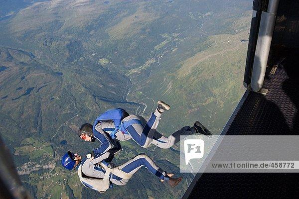 Zwei Männer beim Fallschirmspringen
