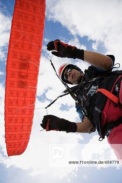 Fallschirmspringer mit rotem Fallschirm