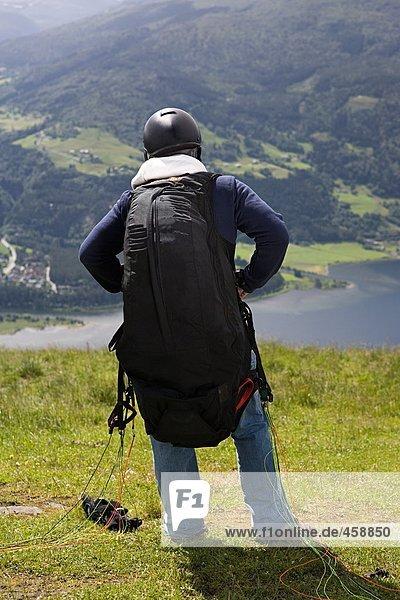 Männlicher Fallschirmspringer