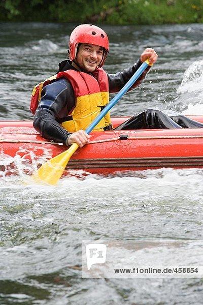 Mann Wildwasser-Rafting