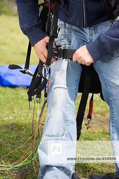 Fallschirmspringer beim Einstellen seiner Ausrüstung