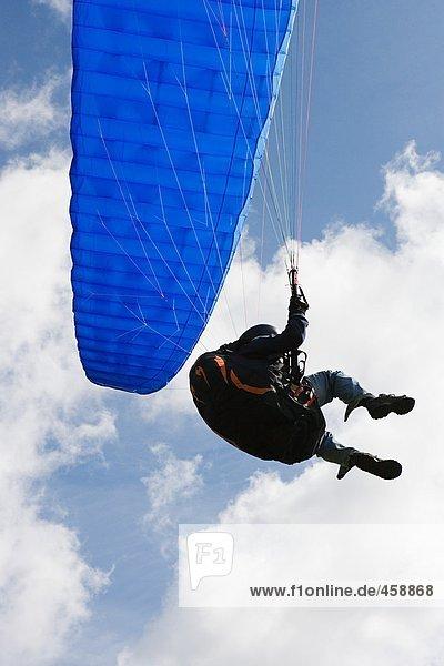 Person mit blauem Fallschirm