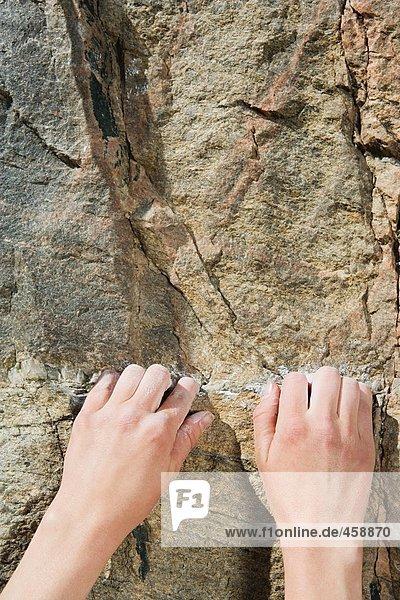 Die Hände eines Kletterers