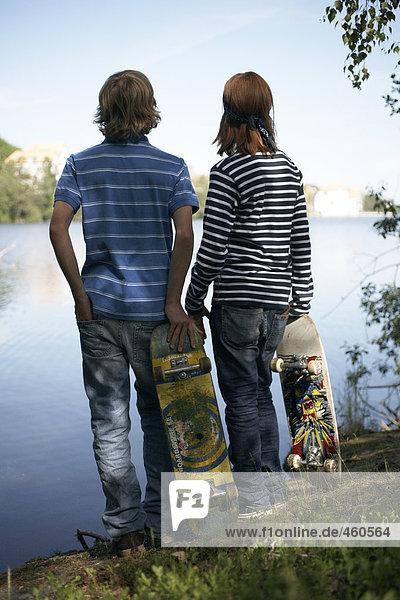 Zwei Jugendliche mit Skateboards.