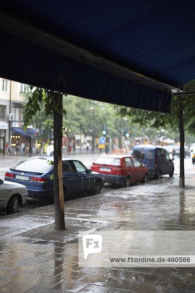Parkenden Autos im Regen.