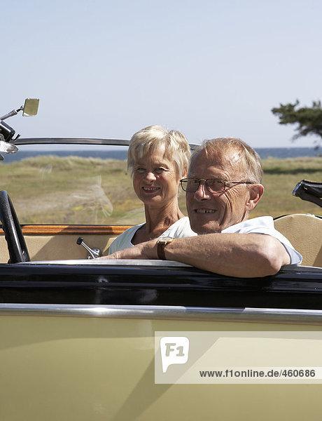 Mittleren Alters Paar in ein Cabrio
