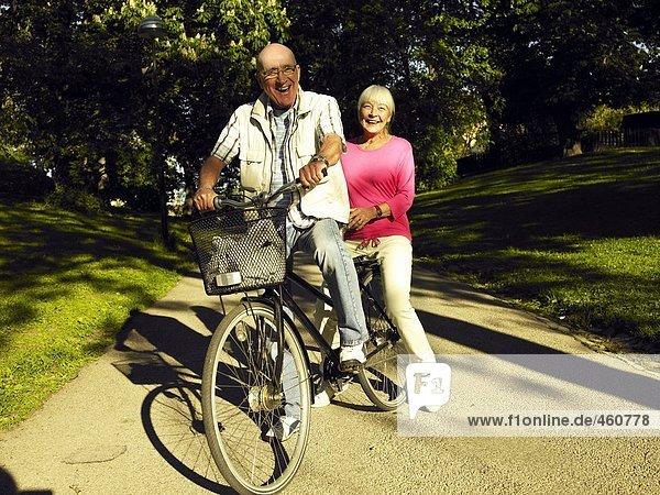 Ein paar mit dem Fahrrad.