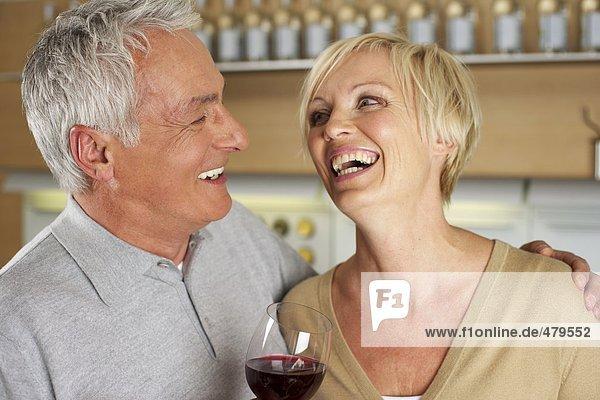 Grauhaariger Mann und blonde Frau trinken Rotwein - Date - Alkohol  fully_released