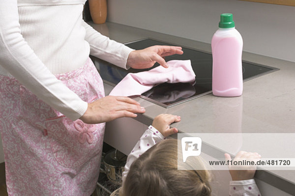 sehen Reinigung klein Mädchen Mutter - Mensch Ofen