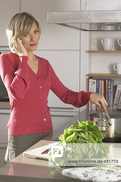 Portrait einer jungen Frau in Küche sprechen auf Handy