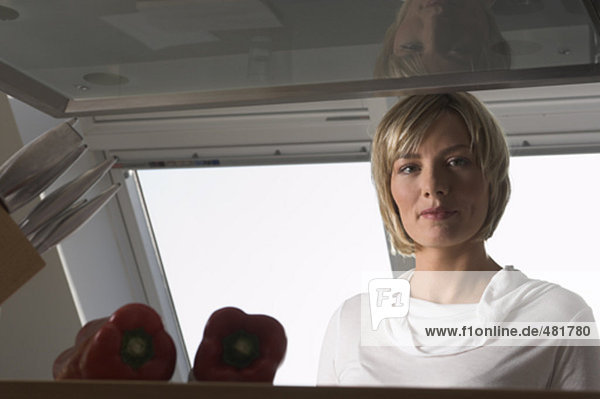 Portrait einer jungen Frau in Küche