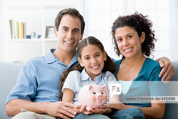 Familie mit Sparschwein
