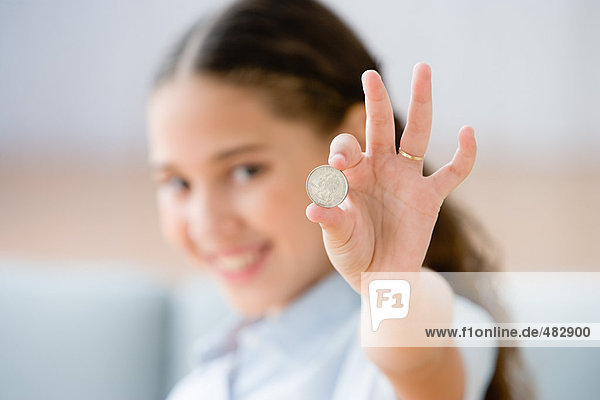 Mädchen mit einer Münze