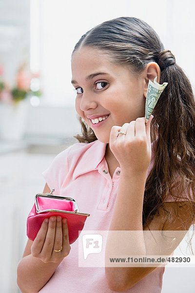 Mädchen mit Geldbörse und Geldschein