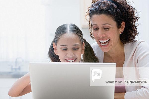 Mutter und Tochter mit einem Laptop-Computer
