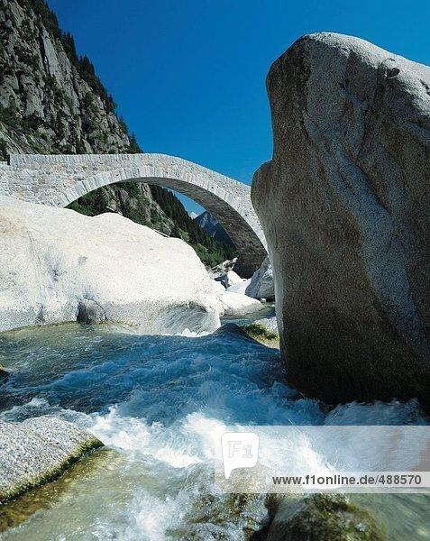 10303058  Übersicht  Brücke  Rock  Klippe  Fluß  Strömungsgeschwindigkeit  Gotthard  Schweiz  Europa  Schollenenschlucht  Schweiz  Europa