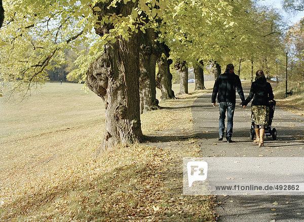 Eine Familie zu Fuß auf einer Landstraße.