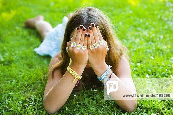 Ein Mädchen mit Daisies in die Hände.
