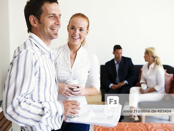 Zwei Frauen und zwei Männer in einem Büro.
