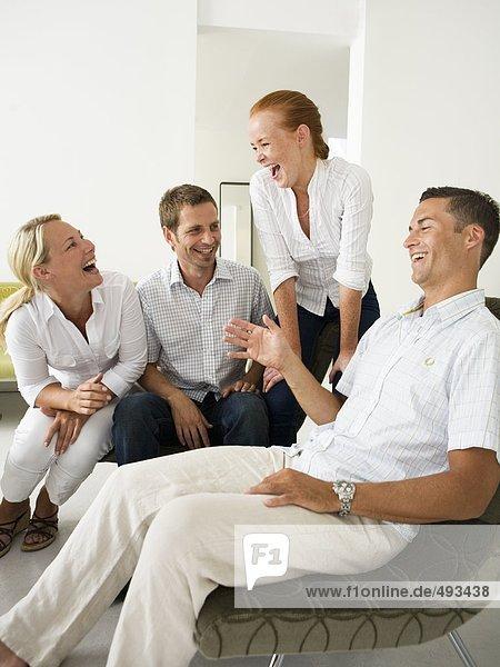 Lachend Personen in einem Büro.