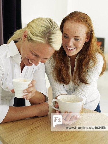 Zwei junge Frauen Kaffee zu trinken.