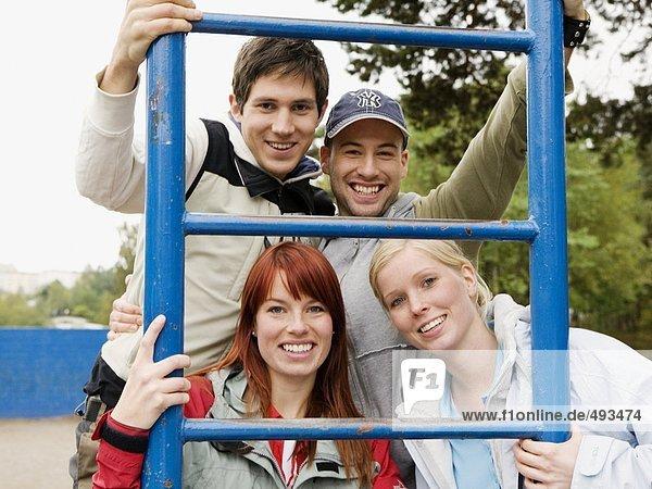 Jugendliche in einem Parcours.