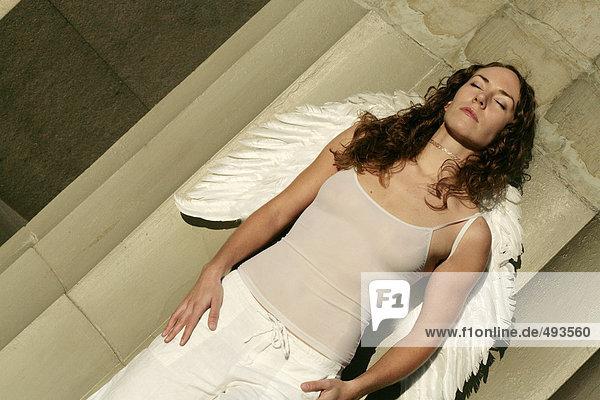 Eine Frau trägt Wings hinlegen.