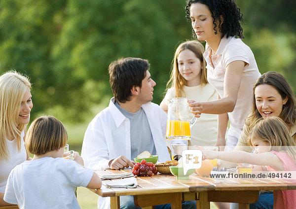Gruppenfrühstück im Freien