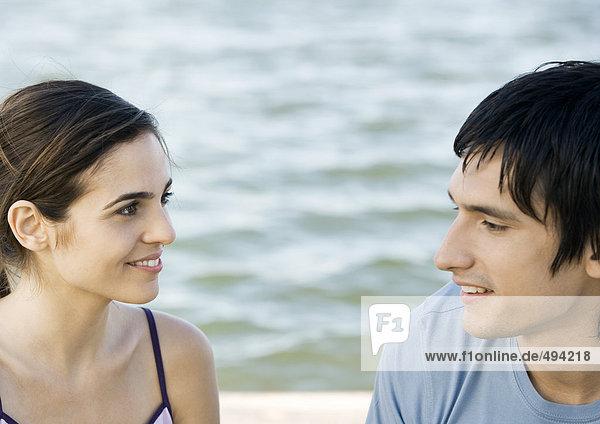 Junges Paar  Wasser im Hintergrund