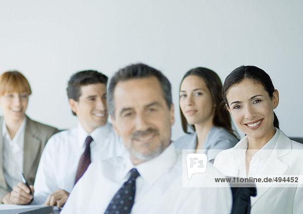 Gruppe von Geschäftskollegen lächelnd