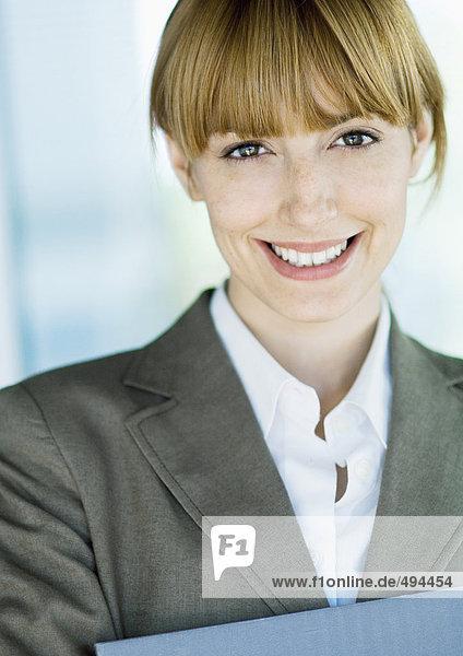 Geschäftsfrau lächelt vor der Kamera  Porträt