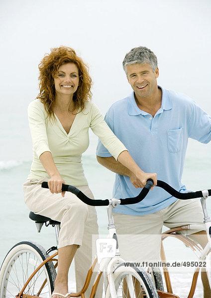 Paar Fahrräder am Strand