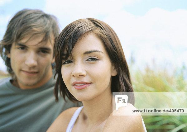Junges Paar  Fokus auf Frau im Vordergrund
