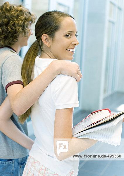 Teenager-Paar zu Fuß im Schulflur