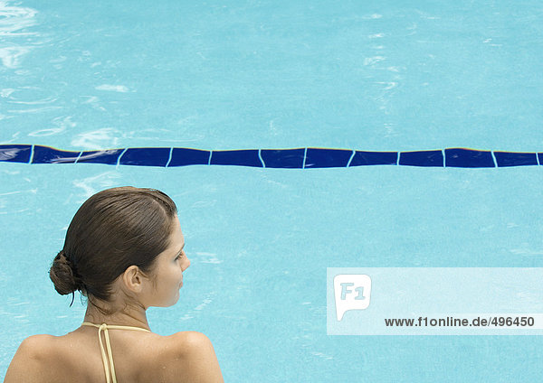 Frau am Pool  Kopf und Schultern  Rückansicht
