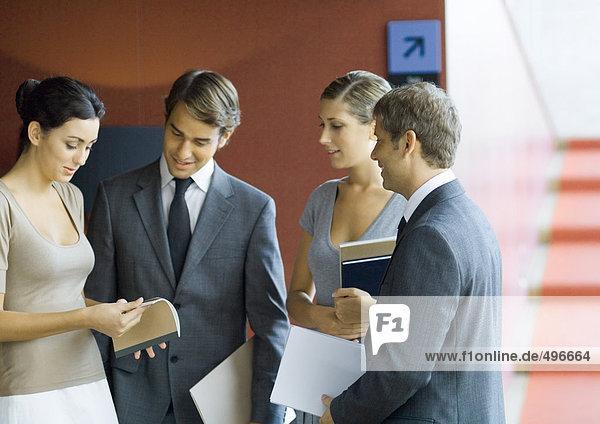 Geschäftsleute stehen  machen Pläne