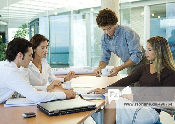 Gruppe von Führungskräften  die zusammen arbeiten