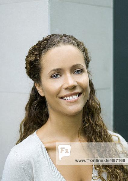 Frau lächelnd  Kopf und Schultern  Portrait