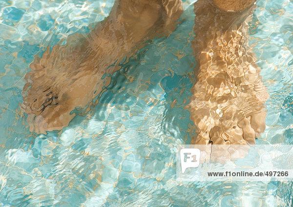 Füße unter Wasser  Nahaufnahme