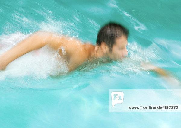 Mann schwimmt  verschwommene Bewegung