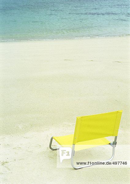 Strandkorb am leeren Strand