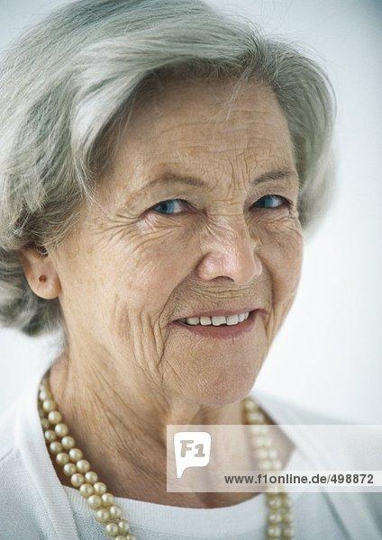 Ältere Frau lächelnd  Porträt