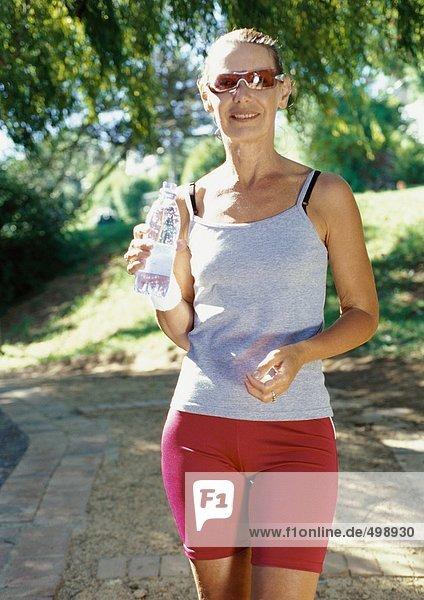 Reife Frau in Trainingskleidung