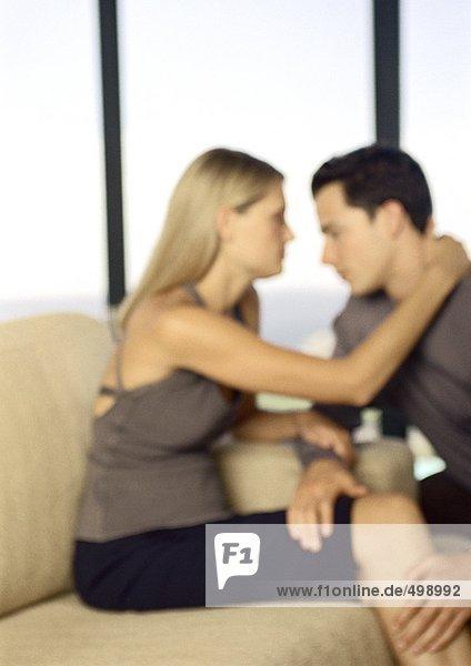 Junges Paar von Angesicht zu Angesicht