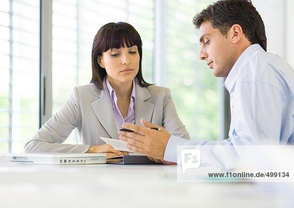 Mann und Frau diskutieren im Amt